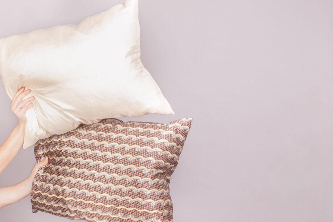 Zlatna svilena jastucnica, Zlatna svilena jastučnica, dvije svilene jastučnice