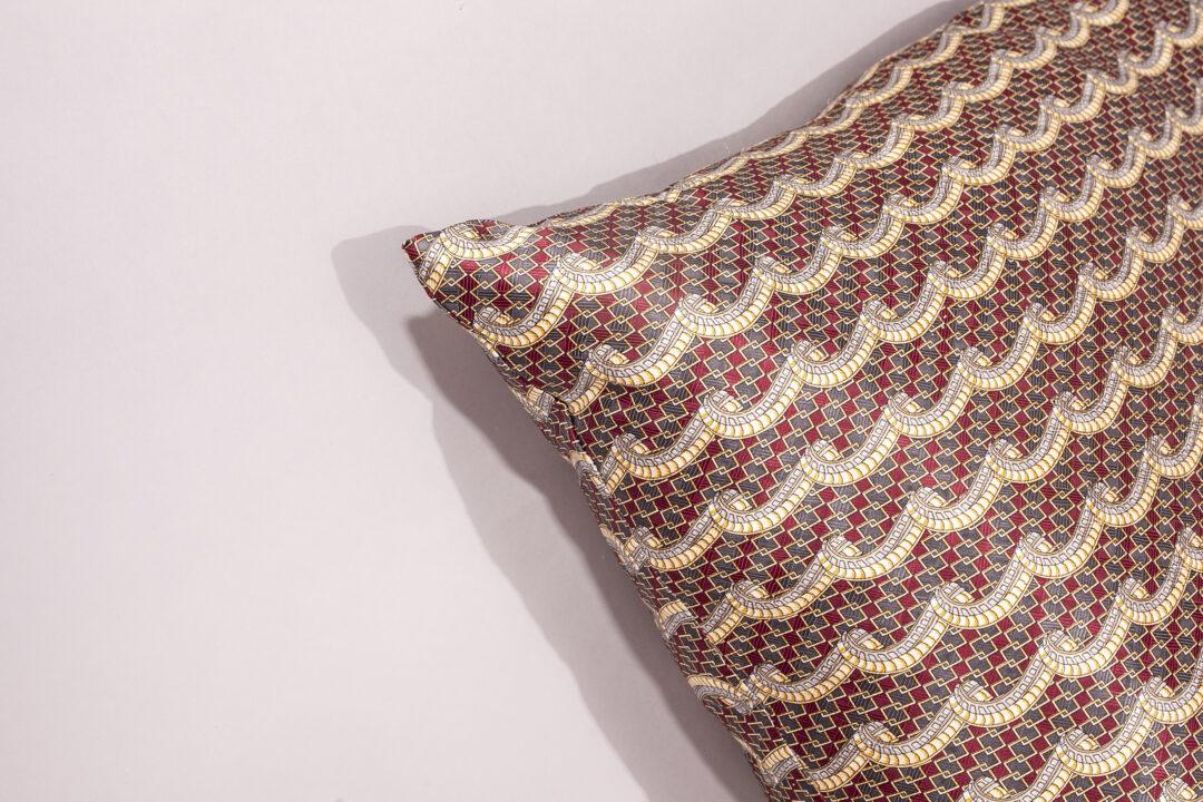 Svijetlosmeđa svilena jastučnica, svilena jastučnica